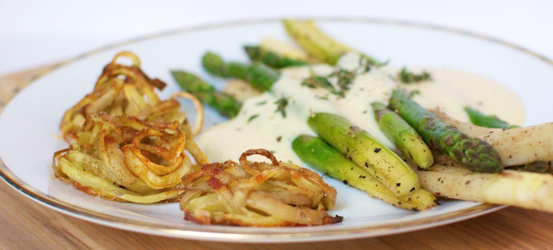 Spargel mit Kartoffelnestern und veganer Sauce Hollandaise