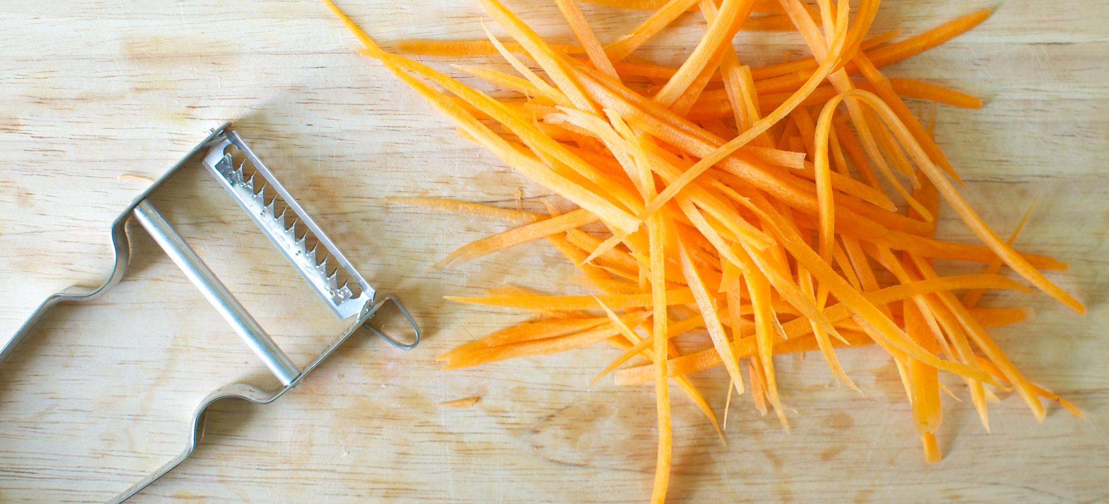 Julienne Schäler im Einsatz mit Karotten
